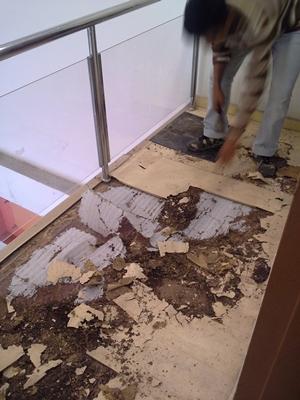 Kerja awalan membuang kayu-kayu yang telah rosak di makan anai-anai
